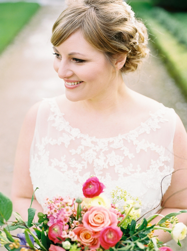 curvy bride with a bright and colourful bouquet